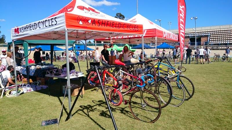 Begagnade cyklar i olikt format och märket som är till salu vid den Ashfield cirkuleringsklubban på den Canterbury velodromen i d royaltyfria bilder
