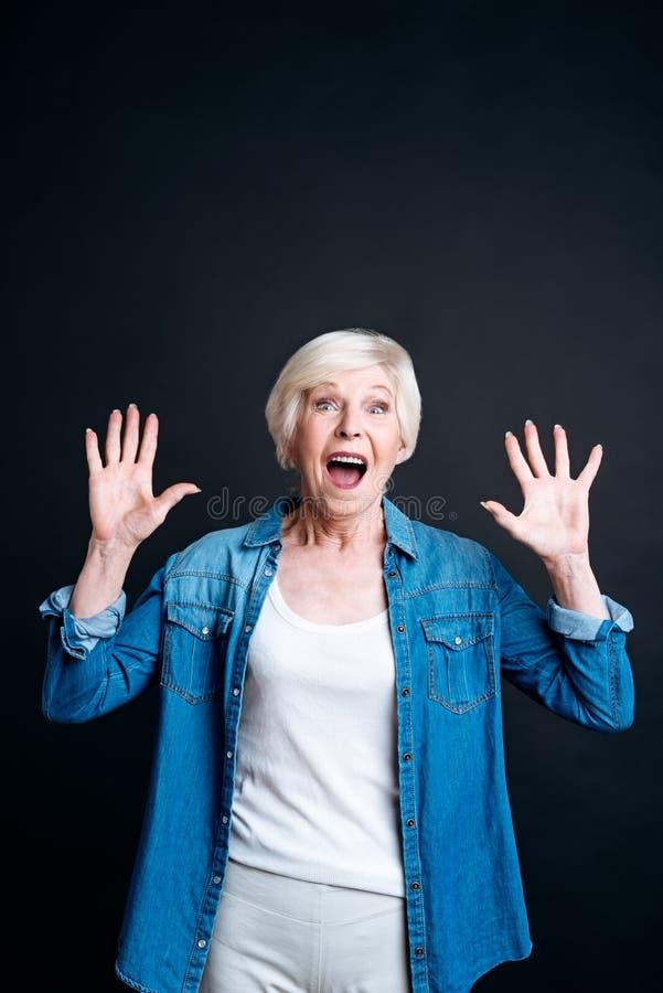 Begeisterte ältere Frau, die Freude ausdrückt lizenzfreies stockbild