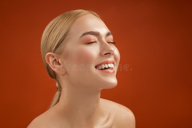 Begeisterte Frau, die um ihrer Schönheit sich kümmert lizenzfreies stockbild