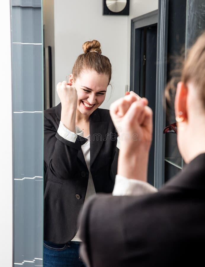 Begeisterte intelligente junge Frau, die mit erfolgreicher froher Körpersprache lacht stockbilder