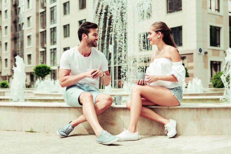 Begeisterte junge Leute des Positivs, die einander betrachten stockfotos