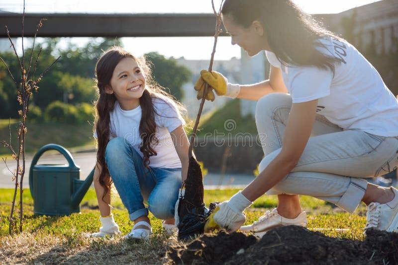 Begeisterte Mädchen, die ihre Aufgaben tun stockbilder