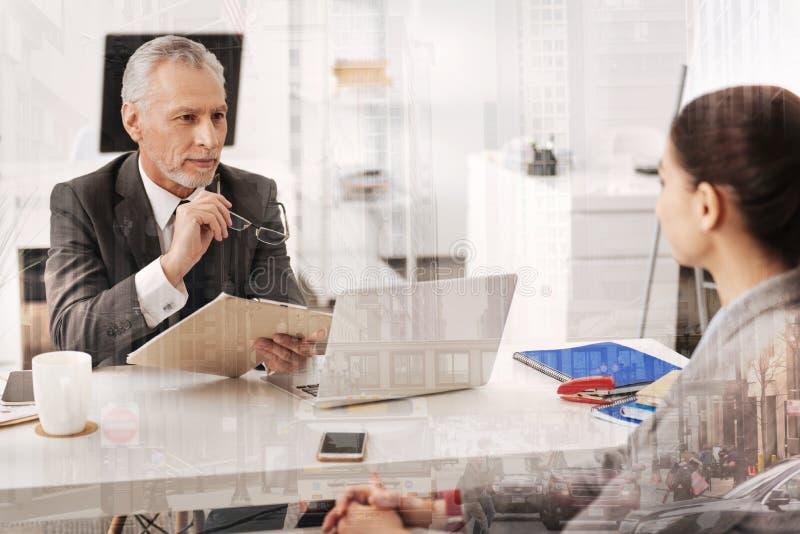 Begeistertes Erwachsener Stunden-Manager havibg ein Vorstellungsgespräch stockfoto