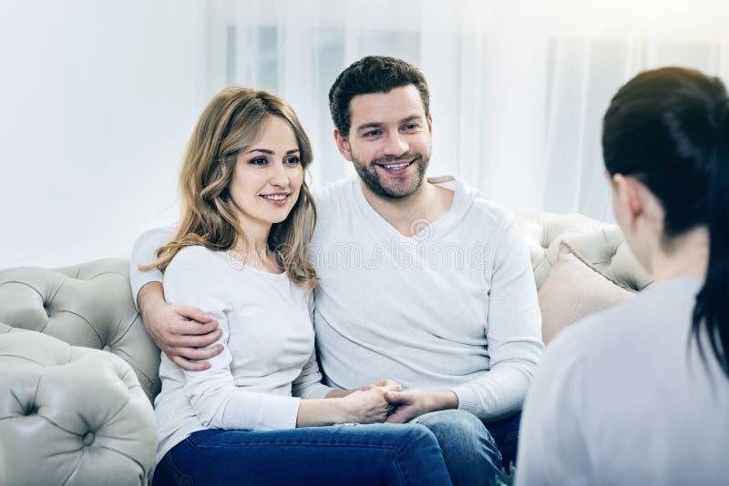 Begeistertes glückliches Paar, das für psychologische Sitzungen dankbar ist stockbilder