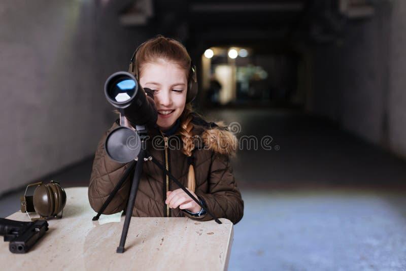 Begeistertes hübsches Mädchen, welches das Teleskop verwendet lizenzfreie stockbilder
