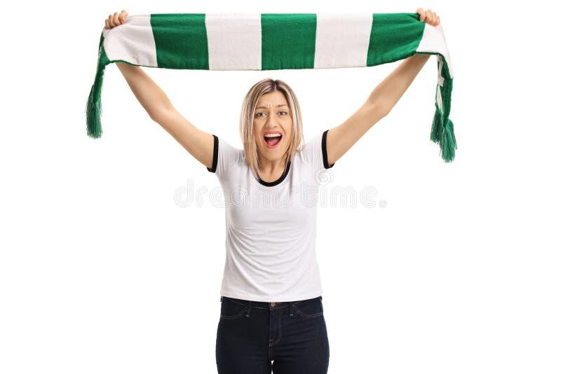 Begeistertes weibliches Fußballfan, das einen Schal und ein Zujubeln hält lizenzfreie stockbilder