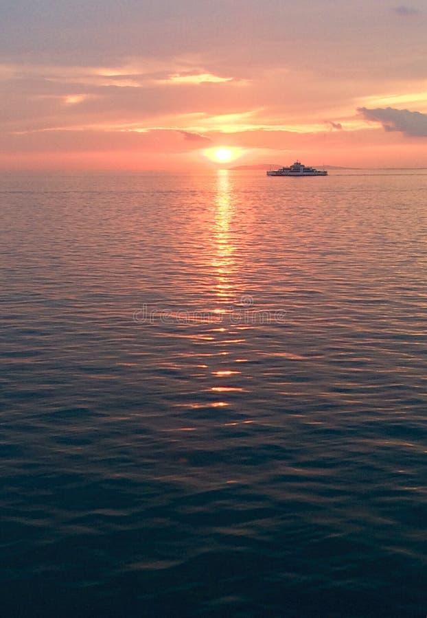 begeleid schip door zonsondergangmeningen royalty-vrije stock fotografie
