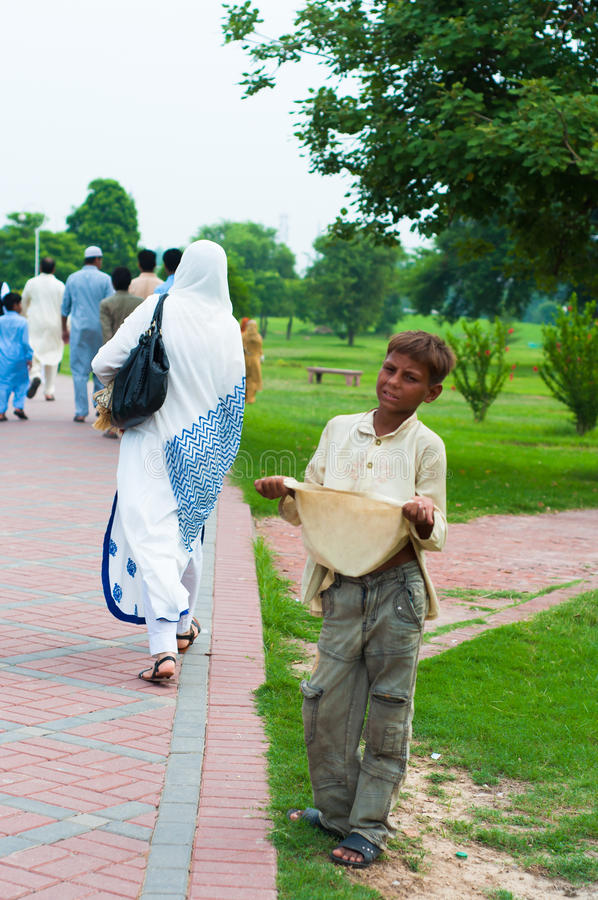 Begger da criança na borda da estrada em Lahore, Paquistão imagens de stock royalty free