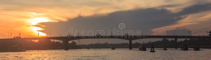 Begin de dag met Mooie de Ochtendmening van de de Zomerzonsopgang bij Quang Trung-brug dichtbij kan Tho Markt, Hau-Rivier drijven royalty-vrije stock foto