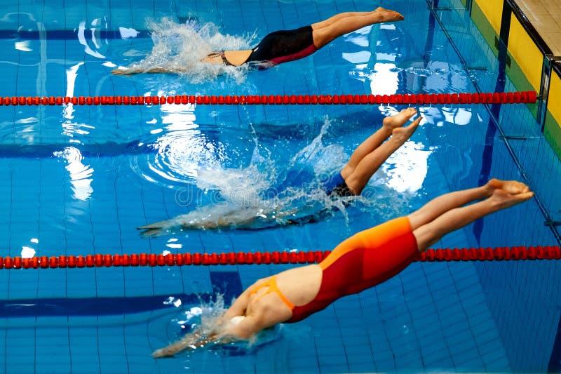 Begin drie de zwemmers van vrouwenatleten royalty-vrije stock foto's