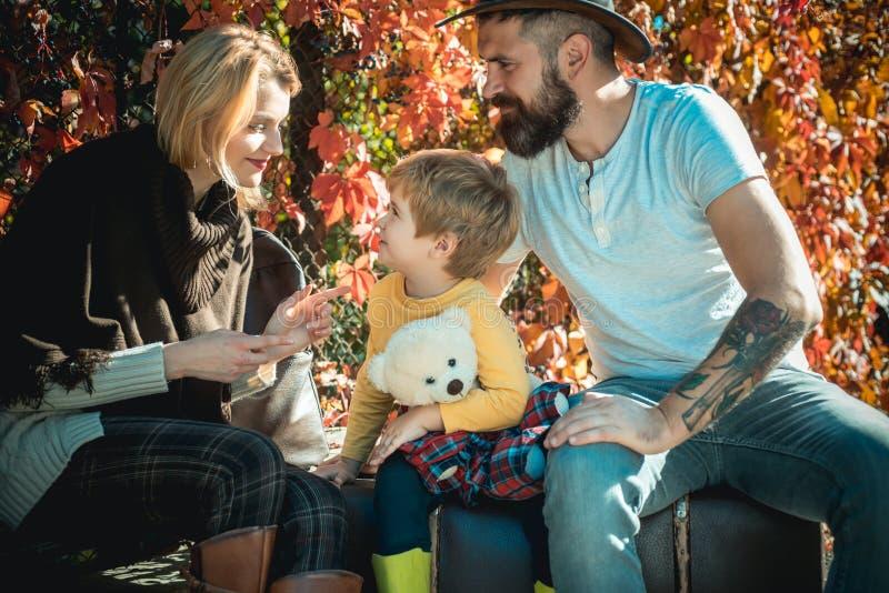 Begin nieuw avontuur o Familietijd Avontuur met zoon Klaar voor lange reis Vader en royalty-vrije stock foto's