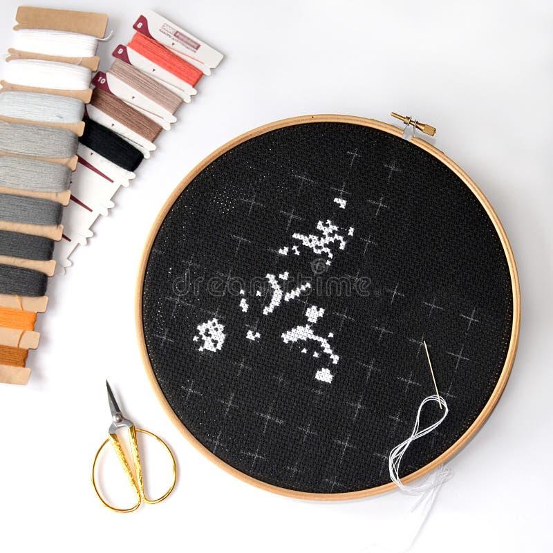 Begin van borduurwerk op zwart canvas met garens Cro stock foto