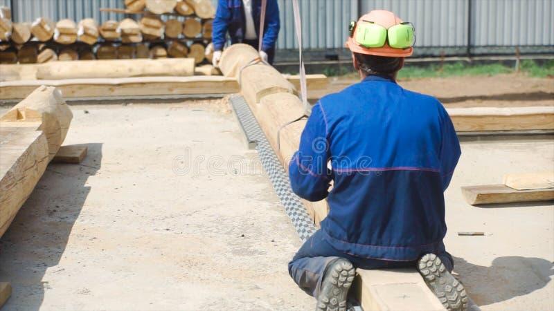 Begin van bouw van een blokhuis klem Basis houten kader voor de bouw van een nieuw kaderhuis, bouw stock afbeelding