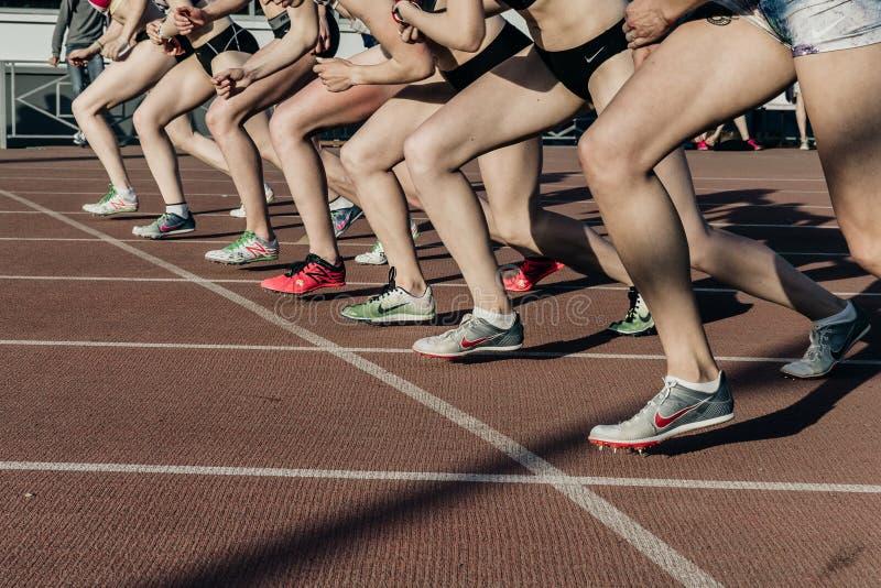 Begin van een groep vrouwenatleten bij doorzettersafstand van 1500 meters in stadion royalty-vrije stock fotografie