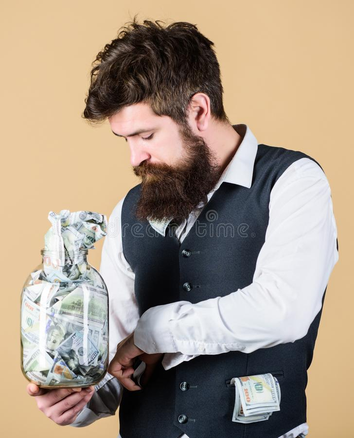 Beginbesparing voor uw pensionering zo spoedig mogelijk Vestig uw begroting Zakenman met zijn dollarbesparingen royalty-vrije stock afbeeldingen