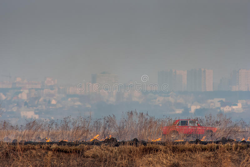 Beginbrand op de achtergrond van de stad