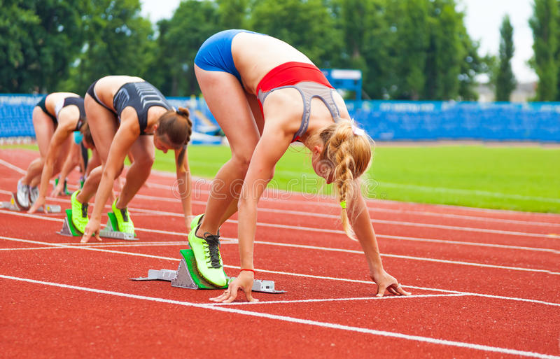 Beginnen des Rennens der Frauen stockbild