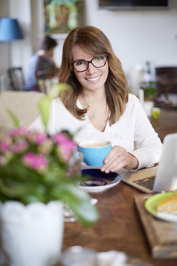 Download Beginnen Sie Mein Tag Mit Einem Guten Kaffee Stockbild - Bild von computer, speicher: 90232413