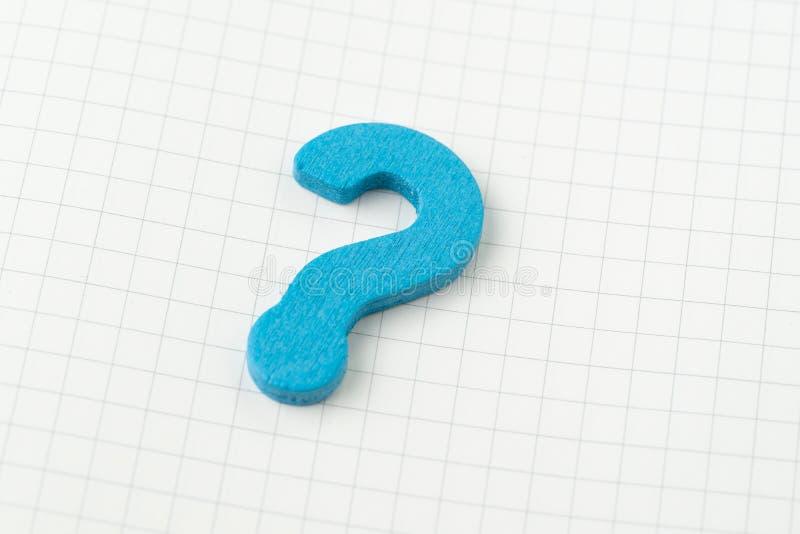 Beginnen Sie mit, warum und um Frage-Antwortkonzept bitten, blaues hölzernes Fragezeichensymbol auf weißer Gitterlinie Anmerkungs stockfotos
