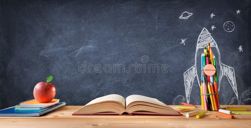 Beginnen Sie Schulkonzept - Versorgungen auf Schreibtisch und Rocket Drawn stockbilder