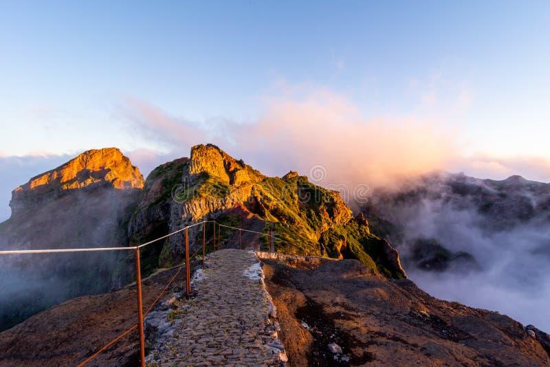 Beginnen von Bahn zu Pico Ruivo-Spitze an der goldenen Stunde, Madeira, Portugal stockbild