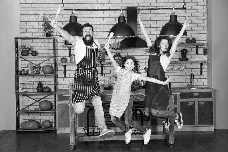 Beginnende dag Gelukkige Familie in Keuken Moeder en vader met meisje Familiedag Meisje met ouders vader stock foto's
