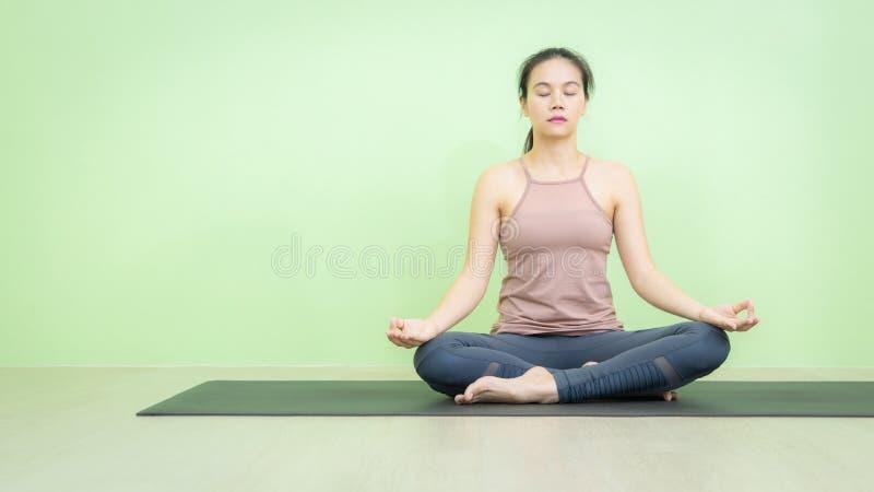 Beginner женщины йоги позиции лотоса азиатский стоковые изображения