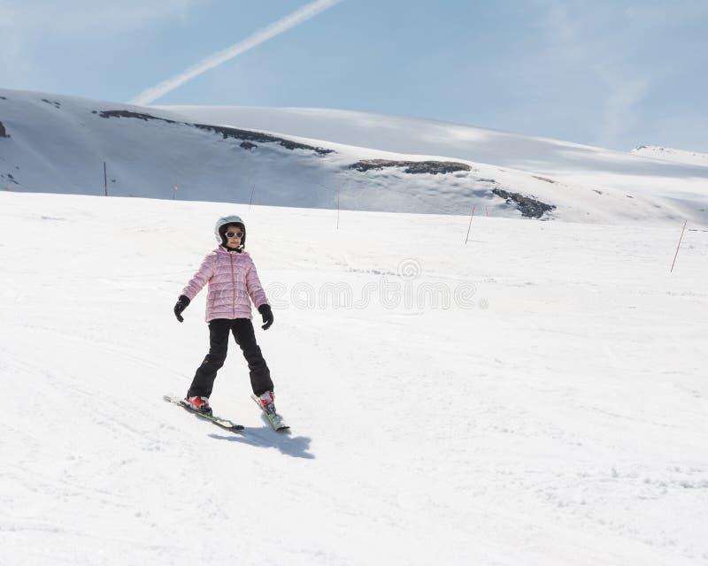 Beginner mała dziewczynka uczy się narta obraz stock