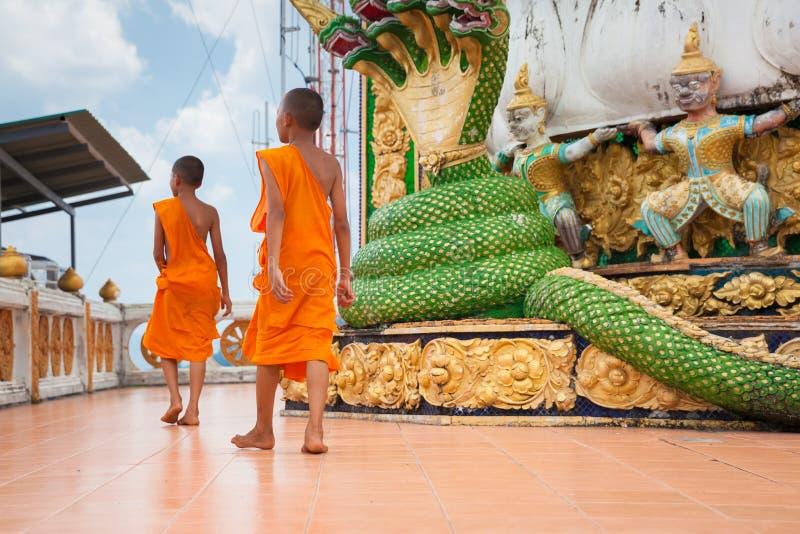 Beginnermonniken in Tiger Cave Mountain Temple, Thailand royalty-vrije stock fotografie