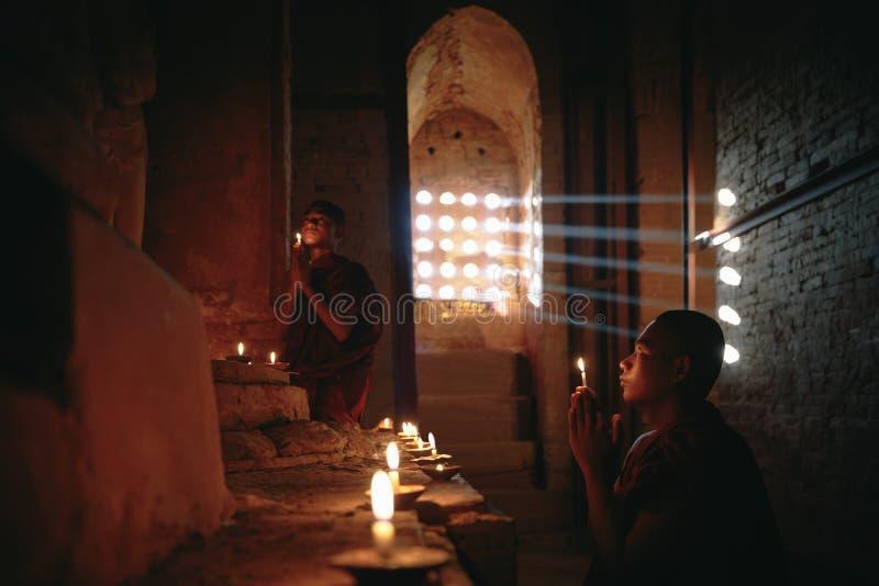 Beginners het bidden stock foto's