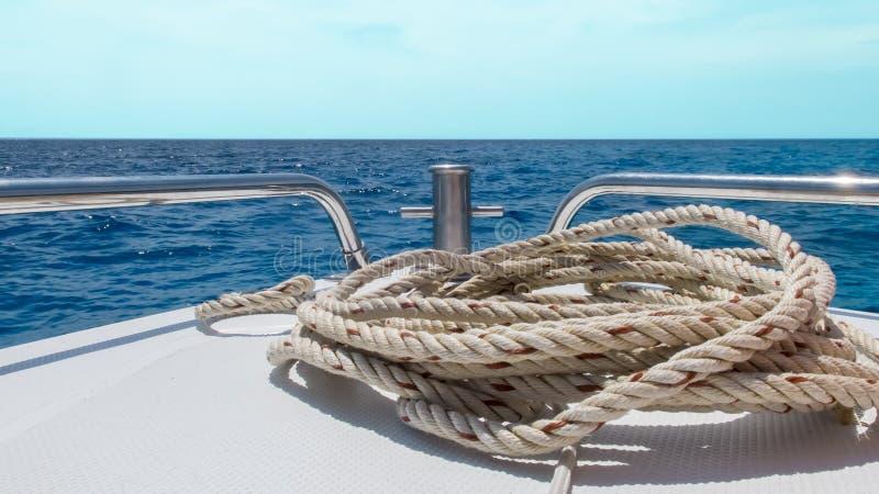 Beginreis aan het Overzeese Concept, Mening van Snelheidsboot zich met Zeegezicht bewegen en Duidelijke Hemel die op Achtergrond royalty-vrije stock foto's