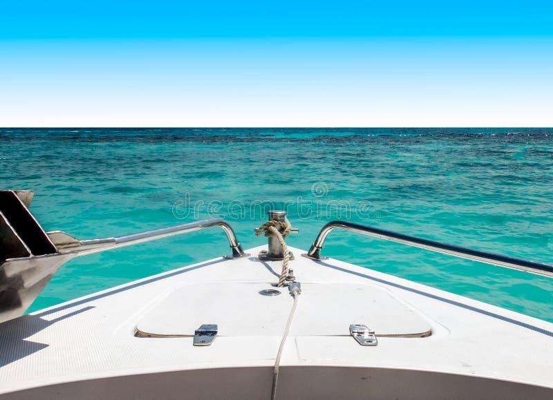 Beginreis aan het Overzeese Concept, Mening van Snelheidsboot zich met Zeegezicht bewegen en Duidelijke Hemel die op Achtergrond stock foto