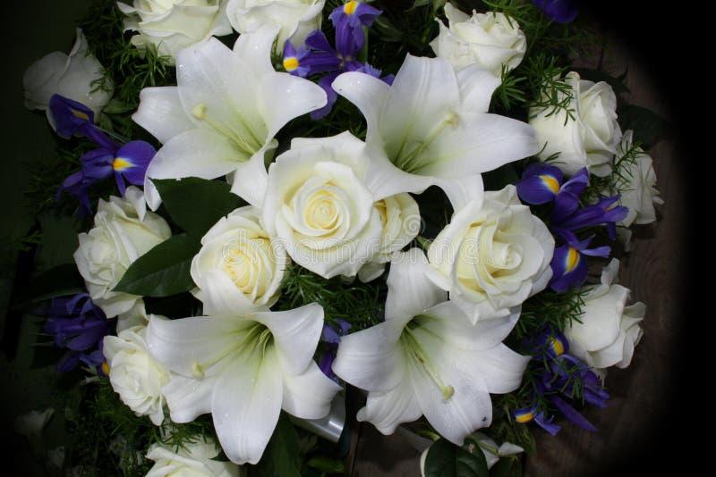 Begräbnis- Blumen für Beileid stockfotos
