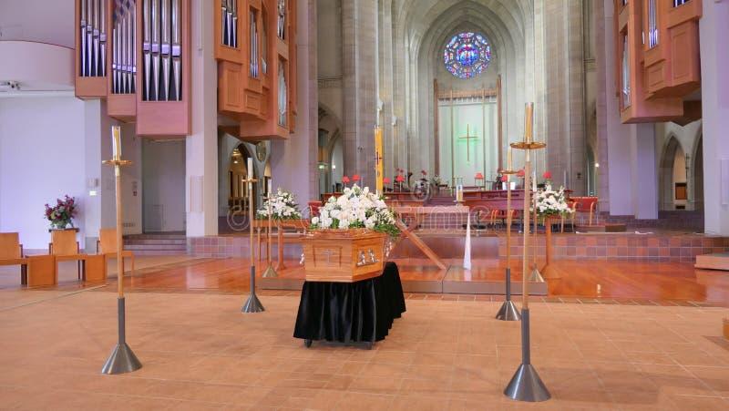 Begräbnis- Schatulle in einem Leichenwagen oder eine Kapelle oder Beerdigung am Kirchhof stockbild