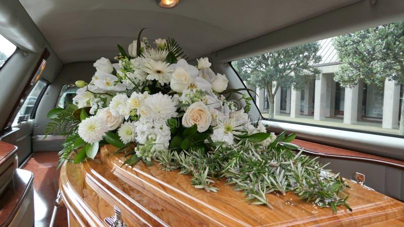 Begräbnis- Schatulle in einem Leichenwagen oder eine Kapelle oder Beerdigung am Kirchhof stockfotografie