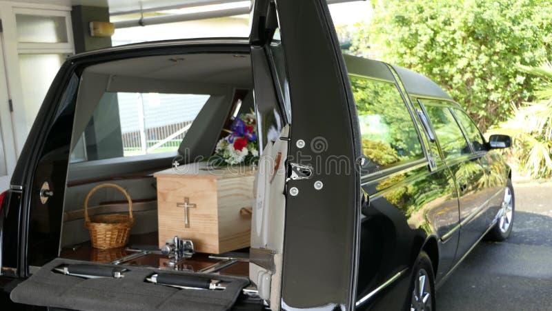 Begräbnis- Schatulle in einem Leichenwagen oder eine Kapelle oder Beerdigung am Kirchhof stockfotos