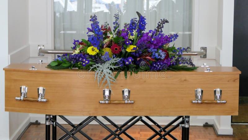 Begräbnis- Schatulle in einem Leichenwagen oder eine Kapelle oder Beerdigung am Kirchhof stockbilder