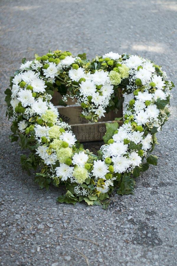 Begräbnis- weißer Kranz lizenzfreies stockbild
