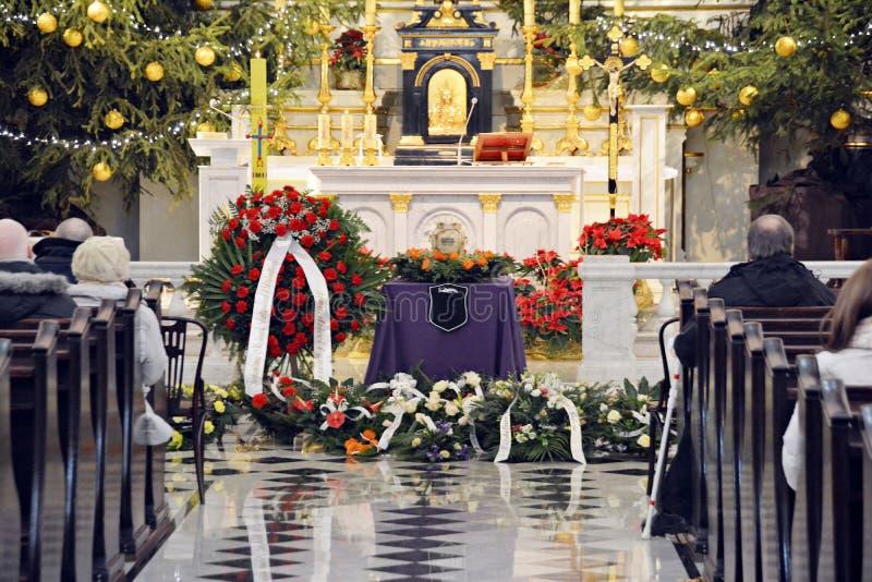 Begräbnis- Zeremonie in der Kirche stockbilder