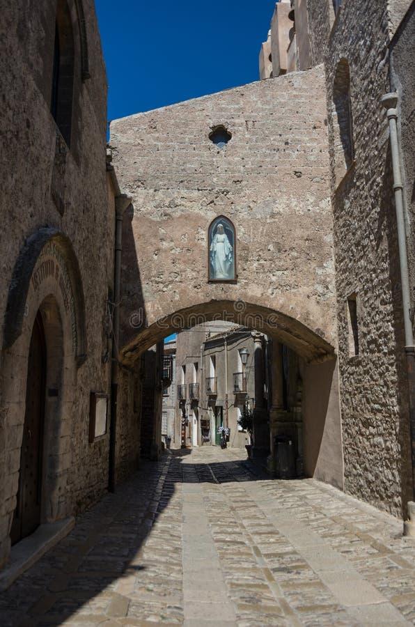 Begränsa den forntida kullerstengatan av den medeltida staden Erice, Sicilien arkivfoto