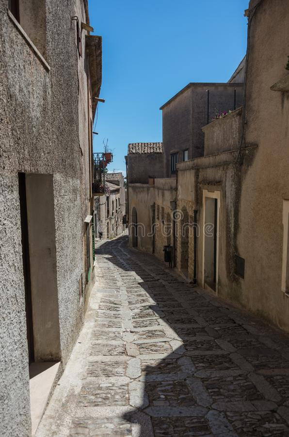 Begränsa den forntida kullerstengatan av den medeltida staden Erice, Sicilien arkivbild