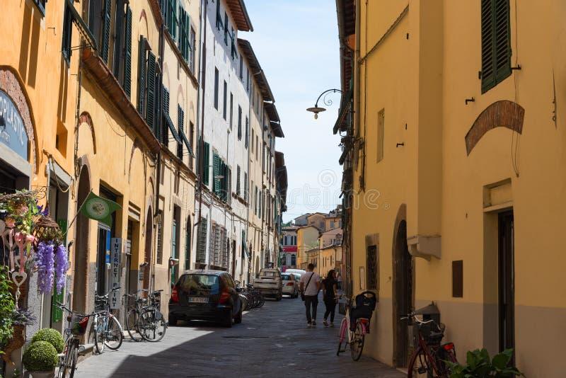 Begränsa den gamla hemtrevliga gatan i Lucca, Italien Lucca är en stad och en comune i Tuscany Det är huvudstaden av landskapet a arkivbilder