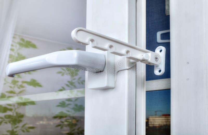 Begränsande rotation och lutande av det plast- fönstret på installationsstaen arkivfoton