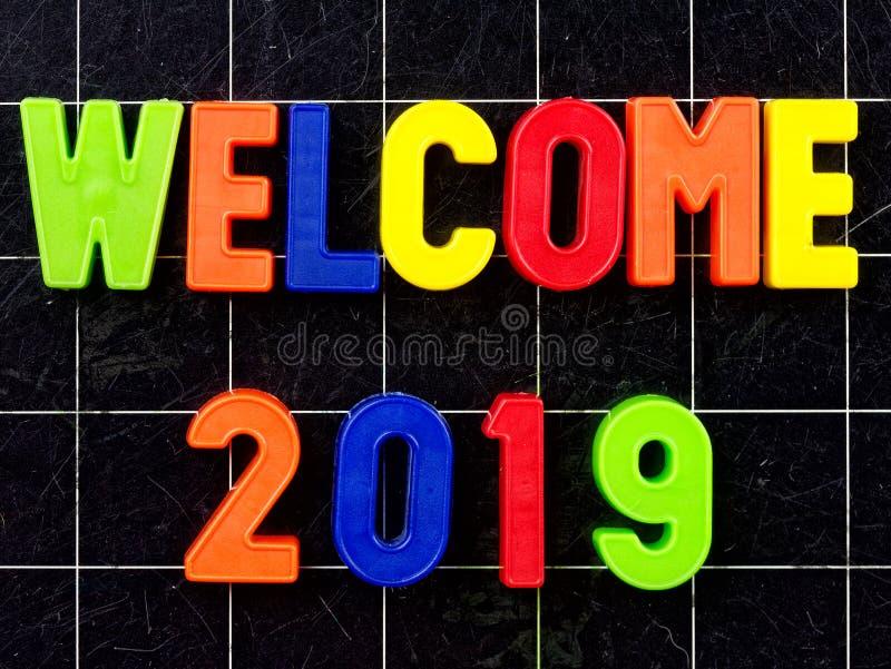 Begrüßen Sie 2019 magnetische bunte Buchstaben Tafel oder Tafel stockbilder