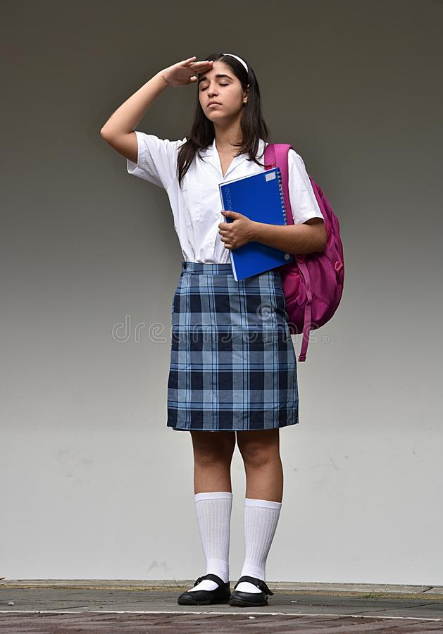 Begrüßende kolumbianische Schulstudentin Teenager With Notebook lizenzfreie stockbilder