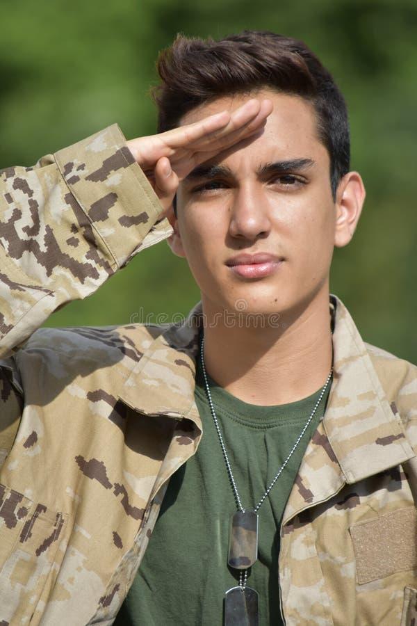 Begrüßender kolumbianischer männlicher Soldat stockbilder