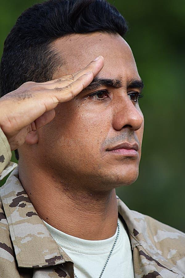 Begrüßender kolumbianischer männlicher Soldat stockfotos