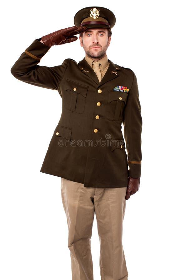 Begrüßender Offizier in der Armee, Atelieraufnahme stockbild