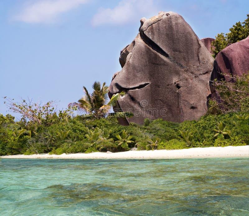 Begr5us$ungsfelsen auf tropischem Paradiesstrand.