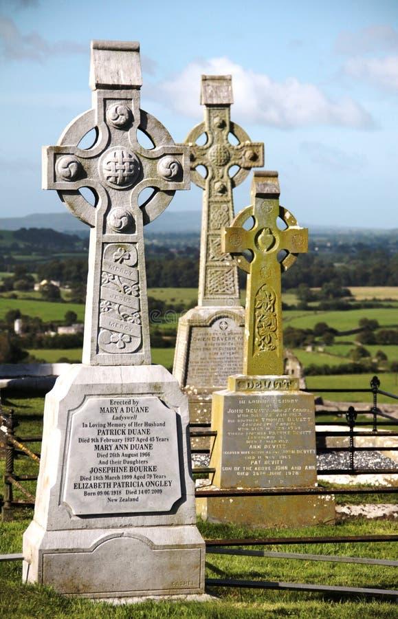Begraafplaats bij Rots van Cashel, Ierland stock foto